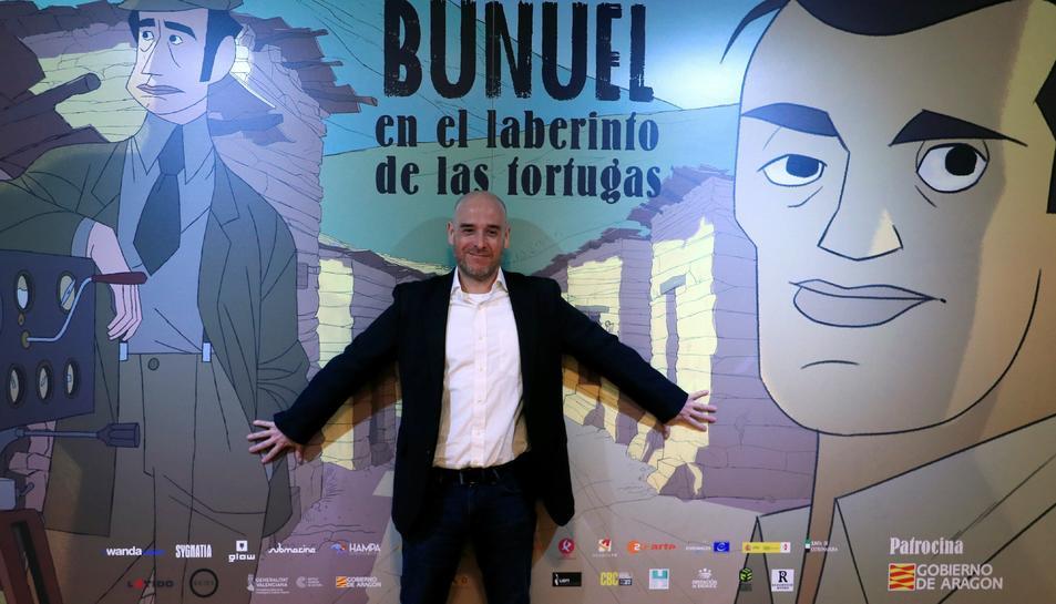 Fotografia d'arxiu del director català Salvador Simó davant d'un cartell de la seva película 'Buñuel en el laberinto de las tortugas'.