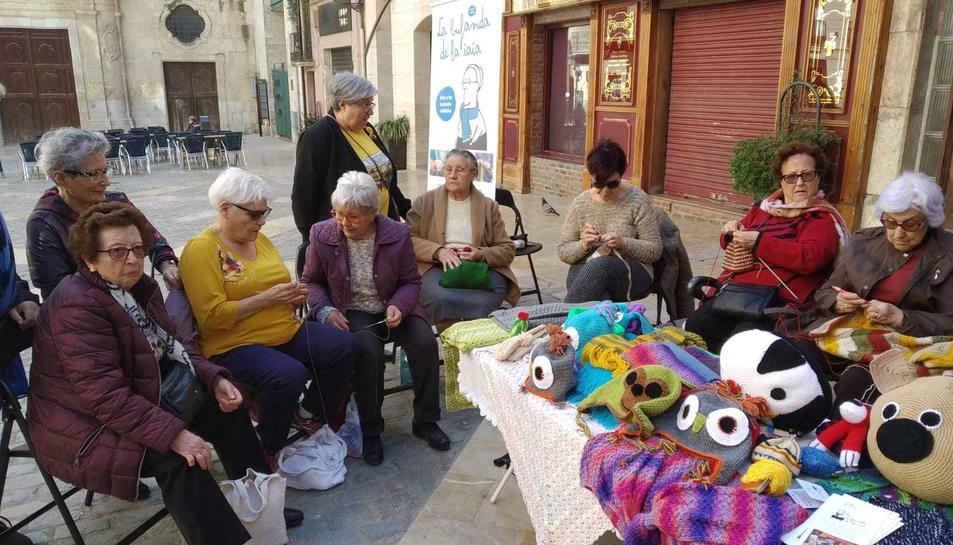 Una de les sortides del programa de 'La bufanda de la iaia', l'any passat, a la plaça del Castell.