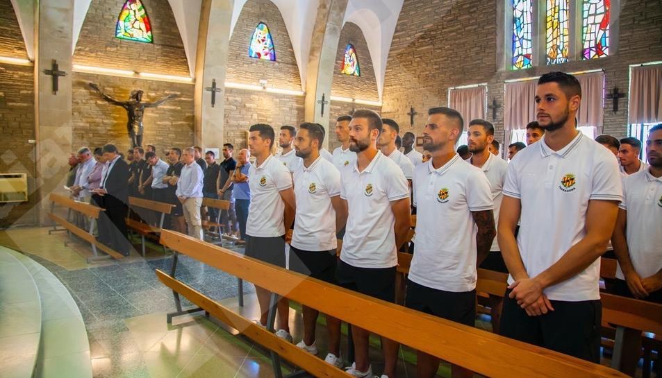 Los jugadores del Nàstic, durante la ofrenda en el Loreto