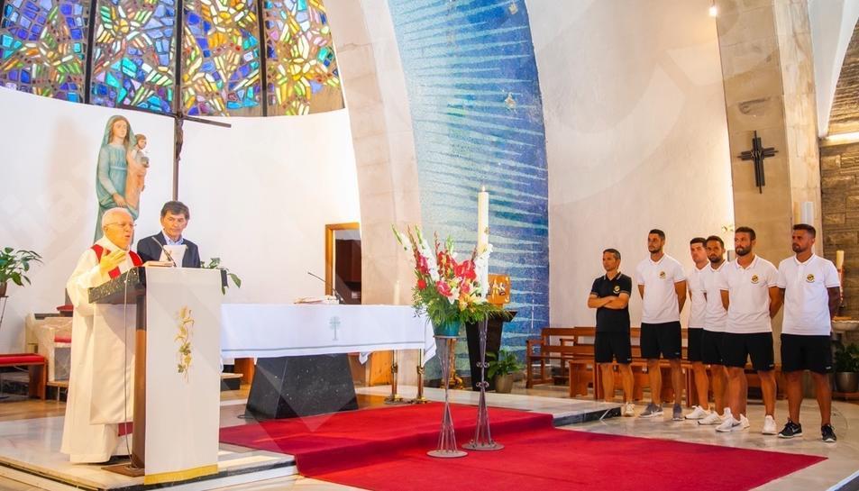 Els jugadors del Nàstic, durant l'ofrena al Loreto