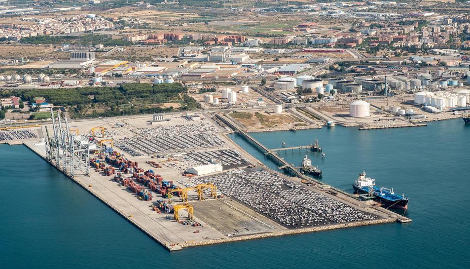 Imatge aèria parcial de les instal·lacions del Port de Tarragona, amb la campa per a vehicles i la zona de contenidors en primer terme.