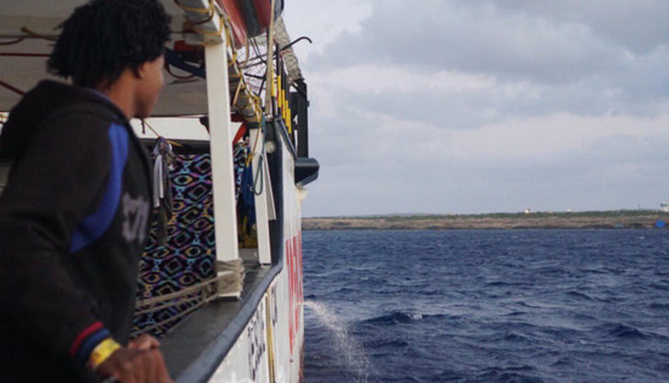 Un menor a bord de l'Open Arms espera el desembarcament del vaixell.