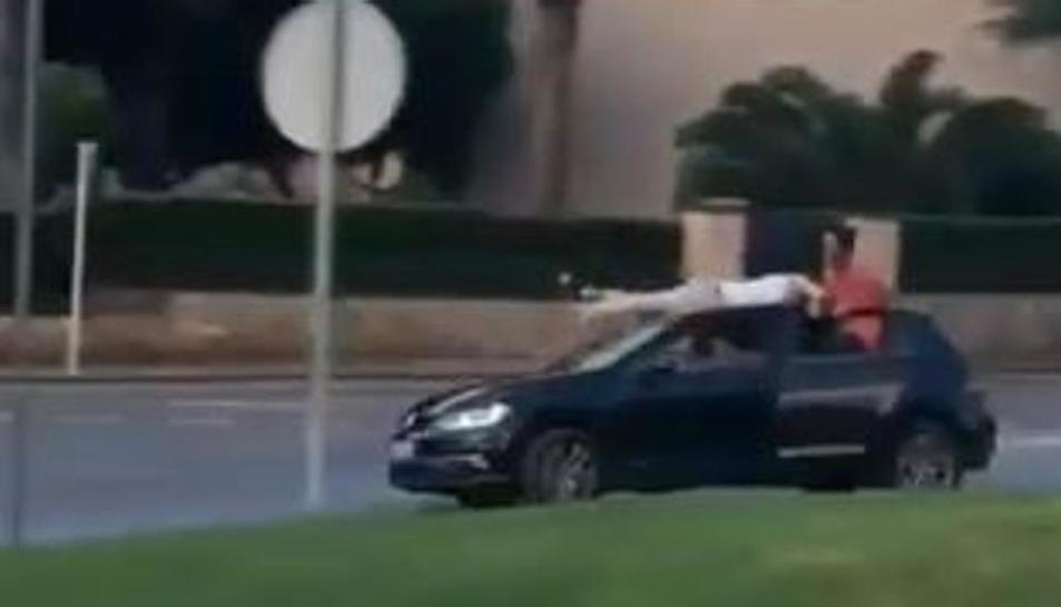 Imatge d'un jove a sobre del sostre d'un vehicle a Palafrugell.