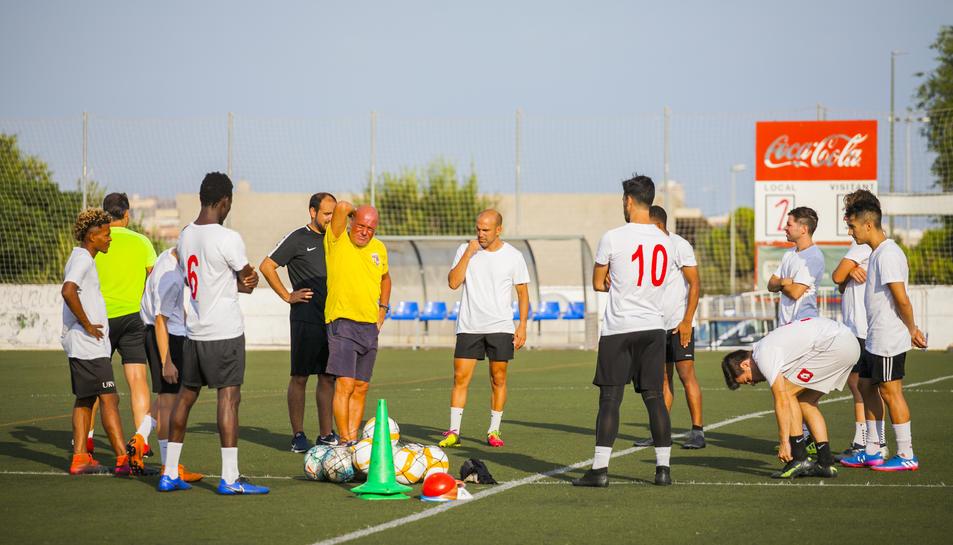 Un dels entrenaments que el CF Reus realitza al camp municipal de La Floresta.