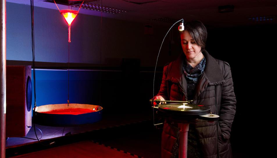 Pla americà de l'artista escocesa Kathy Hinde en una de les escenes de la seva instal·lació 'Phase Transition'.