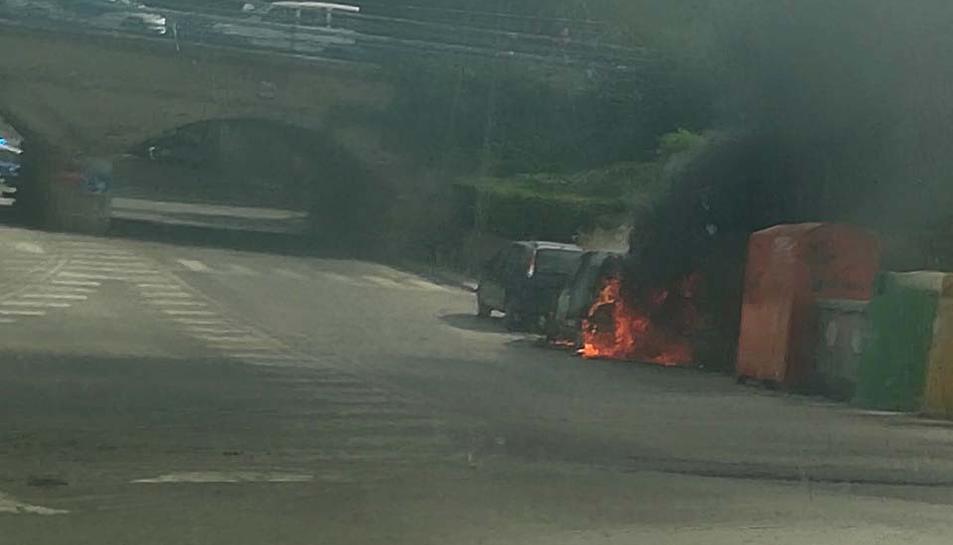 Imatge del cotxe en flames a Cunit.