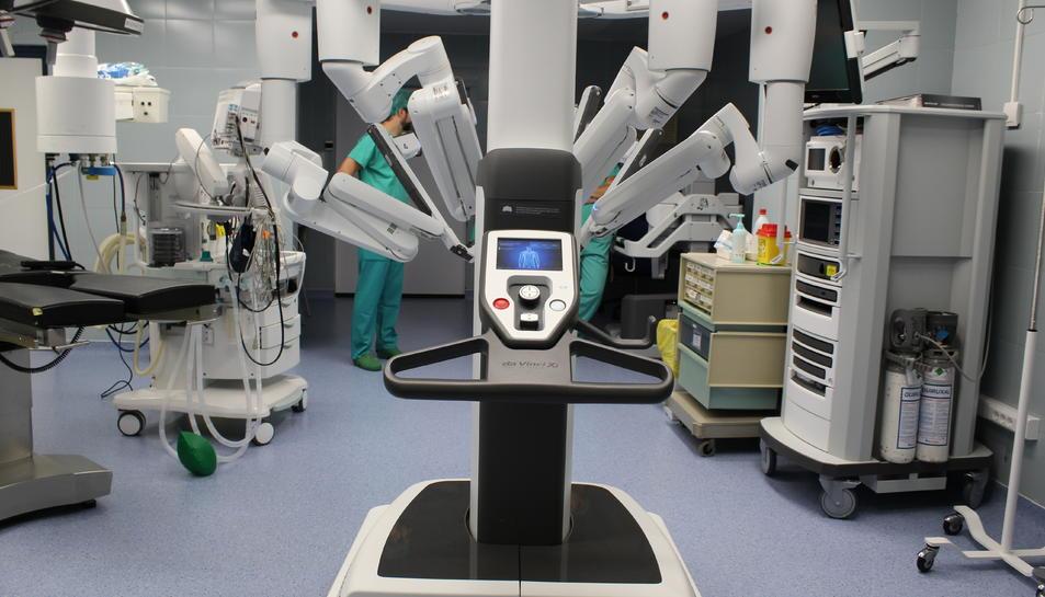 Imatge del nou robot Da Vinci Xi en una sala d'operacions de l'hospital Joan XXIII de Tarragona.