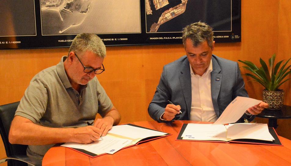 L'alcalde de Tarragona, Pau Ricomà, i el director de BASF a Tarragona, Rodrigo Cannaval, en la signatura del conveni.
