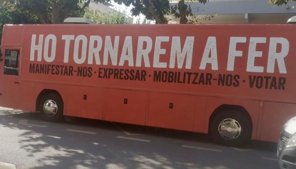 Imatge presa pel PP del bus d'Òmnium Cultural aparcat a la Via Roma de Salou.