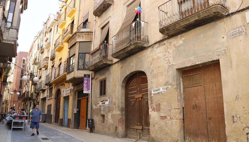 Pla general d'un vell immoble del centre històric de Valls, al carrer de la Carnisseria, que formarà part d'una promoció d'habitatges socials de la cooperativa batejada com La Titaranya.