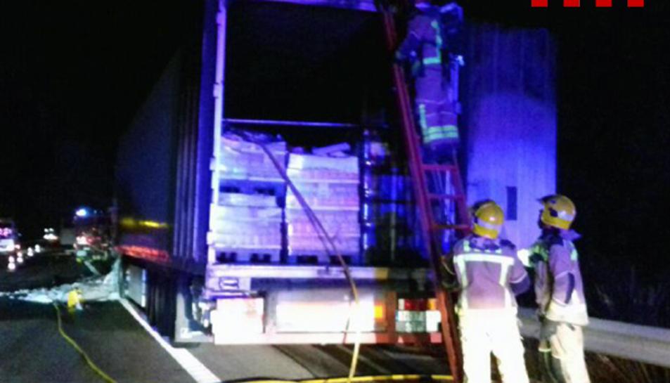 Imatge dels Bombers treballant en l'extinció del foc que ha cremat un camió a Mont-roig.