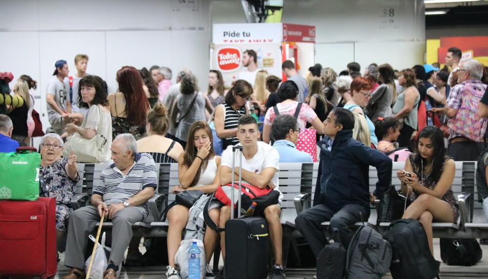 Usuaris de Renfe afectats per l'avaria esperant a l'estació de Sants.