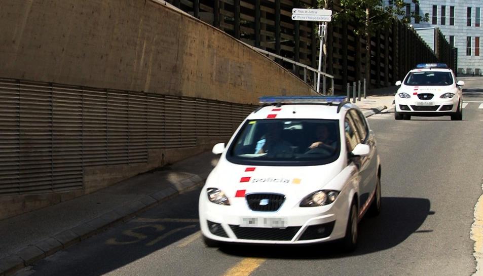 Moment en què dos vehicles dels Mossos traslladen els pares del nadó des dels jutjats de Lleida a la presó.