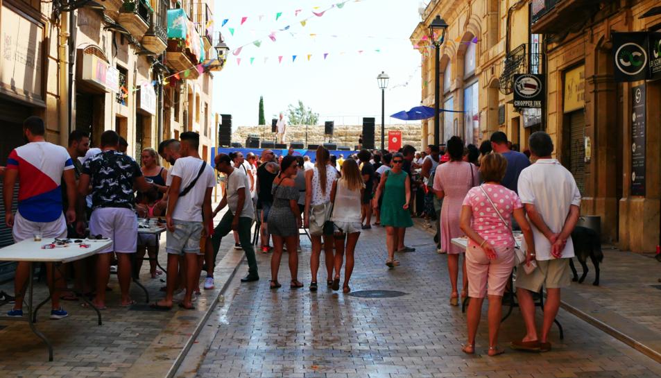 Imatge del carrer Cós del Bou on s'ha organitzat un vermut popular.