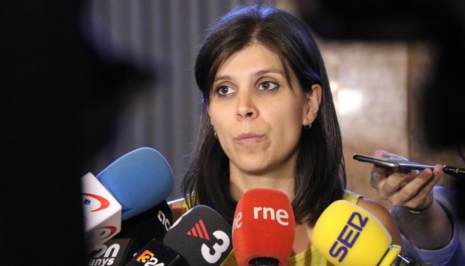 La portaveu d'ERC, Marta Vilalta, atén la premsa als passadissos del Parlament.