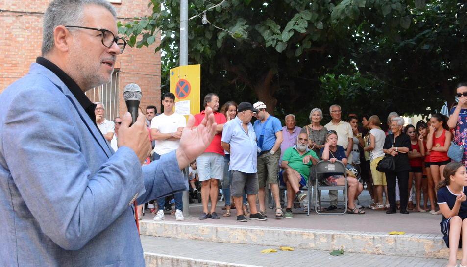 Imatge de l'alcalde inaugurant les festes del carrer Goya.