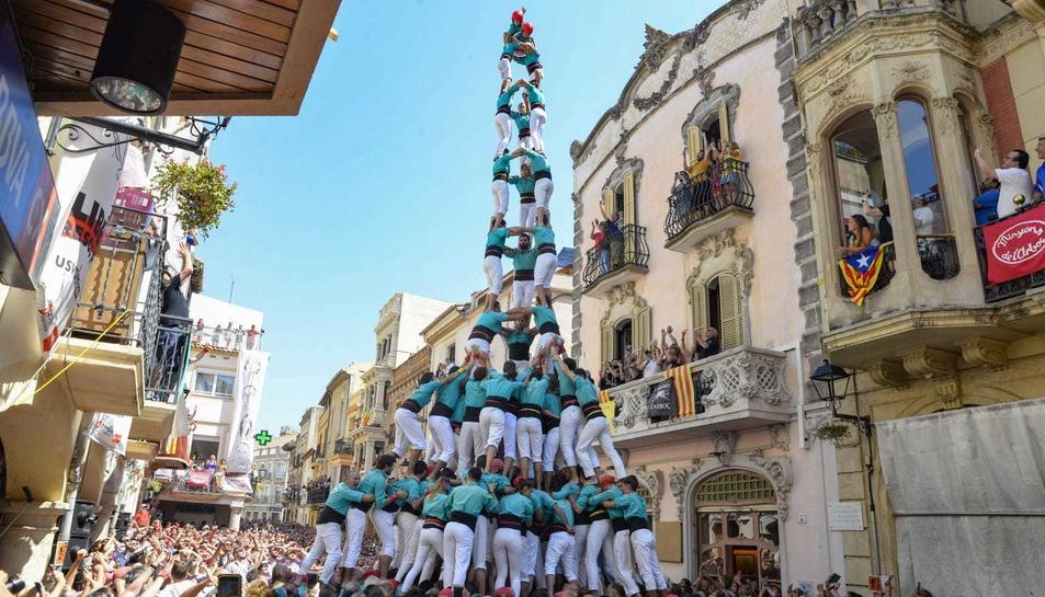 El 3 de 10 amb folre i manilles carregat dels Castellers de Vilafranca.