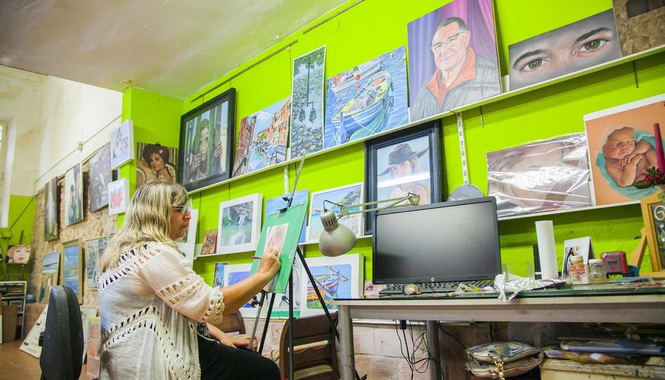 Marina B. Cubells, treballant al seu taller del carrer Cavallers, a la Part Alta.