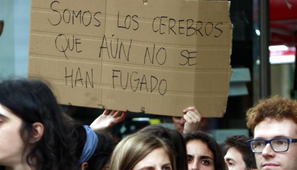 Imatge d'arxiu d'un cartell amb el missatge 'Som els cervells que encara no s'han fugat', a la manifestació de doctorands.