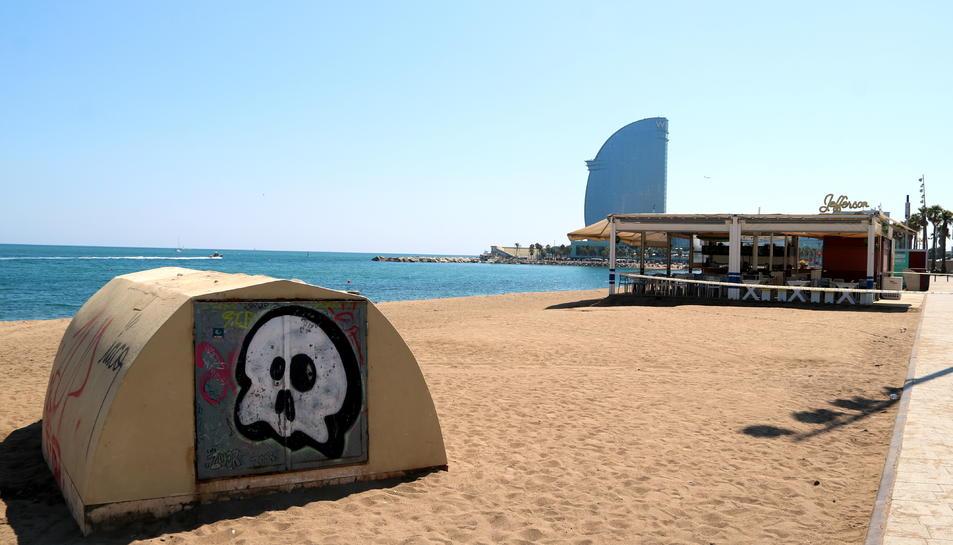 Imatge de la platja de Sant Sebastià buida de banyistes.