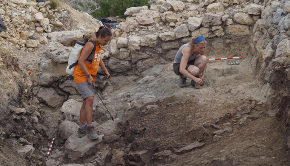 Arqueòlegs durant les excavacions que es duen a terme al jaciment d'Alcanar.