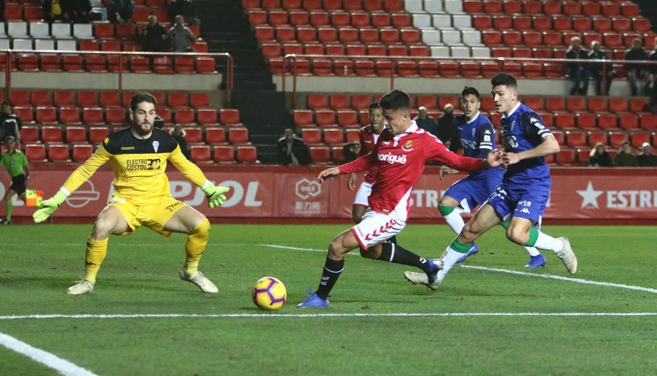 Brugui, durant una acció amb l'atacant com a protagonista en el Nàstic-Córdoba de la temporada passada.