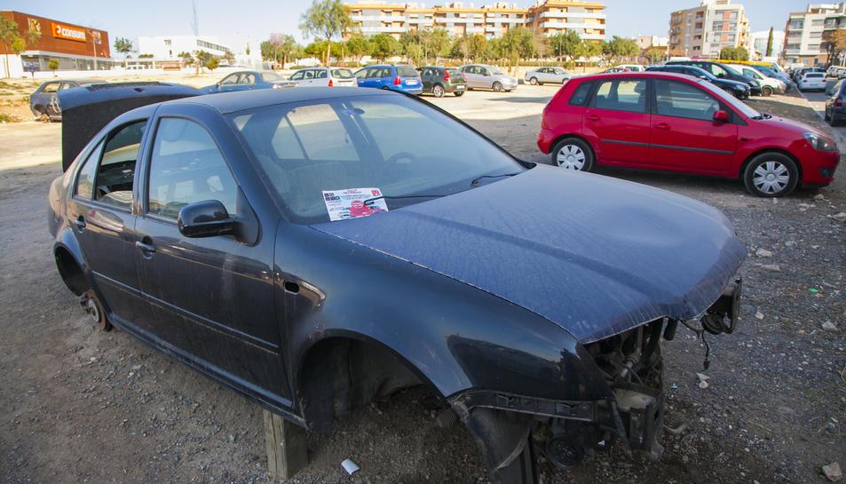 El cotxe abandonat des de fa tres anys es troba gairebé desballestat.