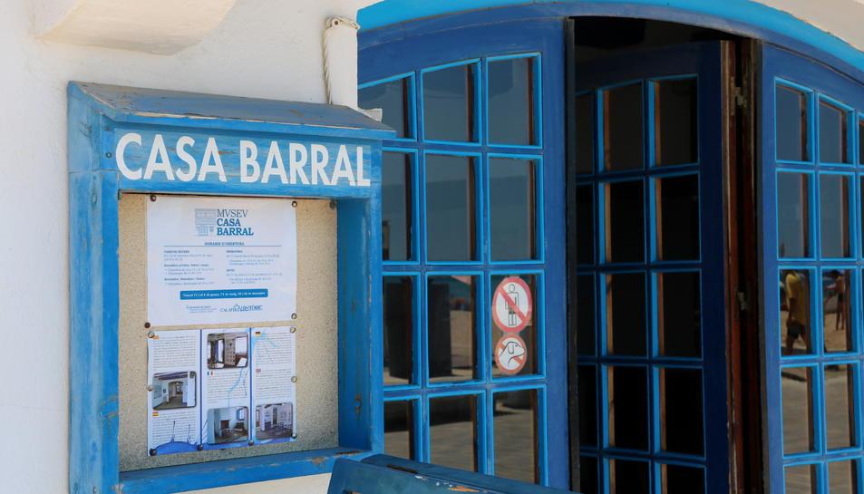 L'entrada a la Casa Barral, a Calafell.