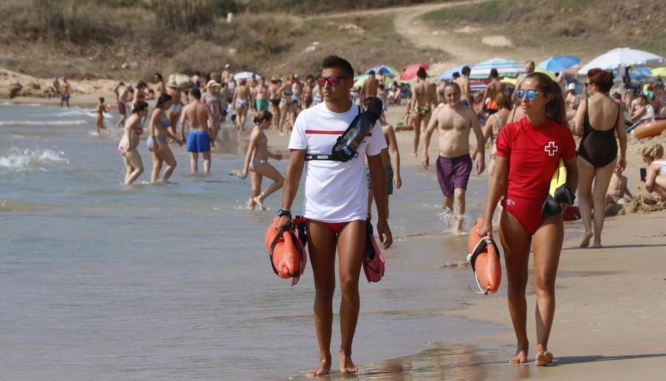Dos socorristes de la Creu Roja patrullant per la platja de l'Arrabassada de Tarragona durant aquest agost.