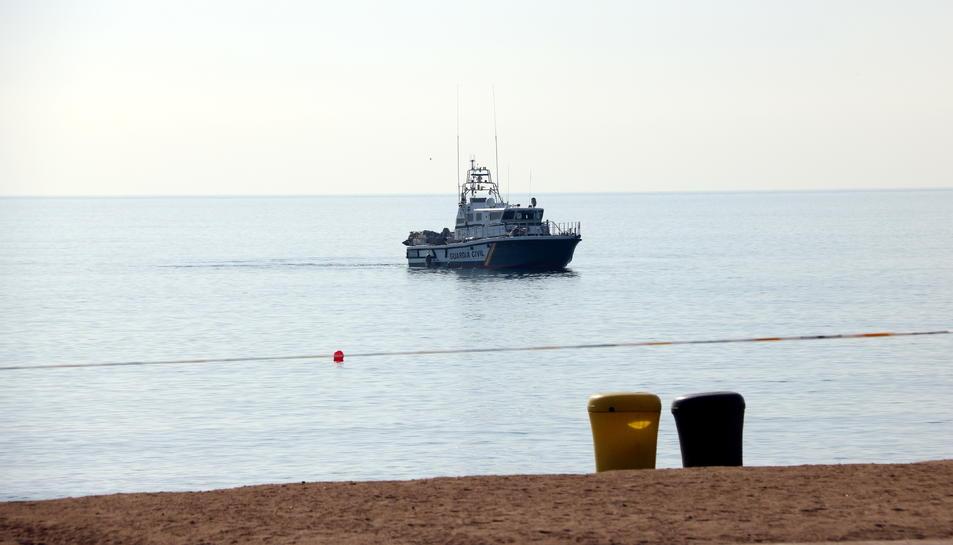 Un vaixell de la Guàrdia Civil a la zona de la platja de Sant Sebastià on s'ha trobat l'artefacte explosiu.
