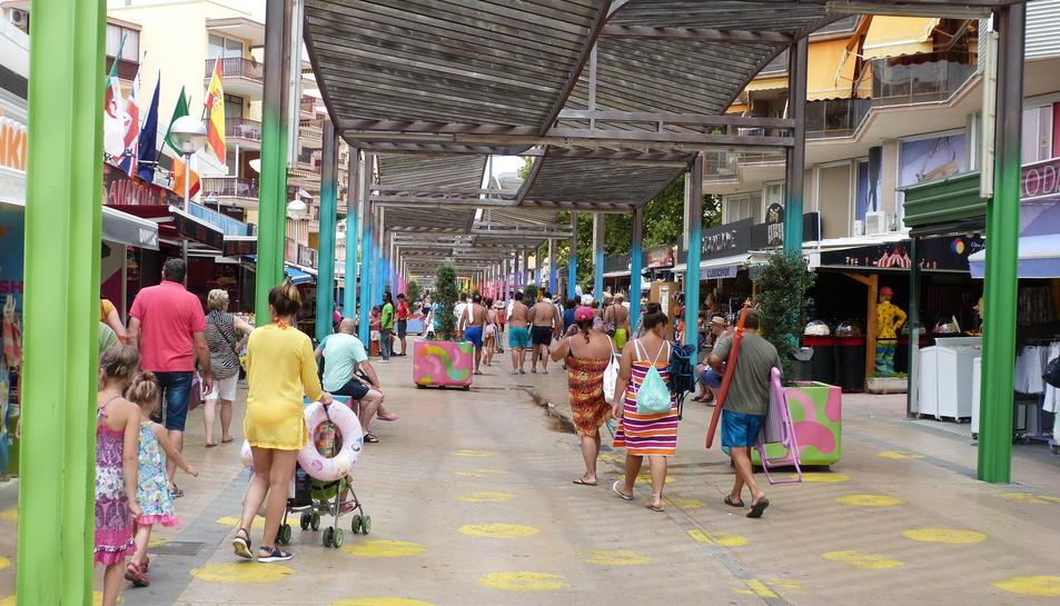 El carrer Saragossa de Salou, amb diversos comerços.