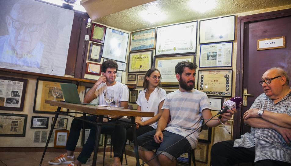 Aymerich, Pallejà i Barón observen a Boada durant la presentació del documental al bar.