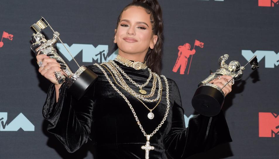 Rosalía sostenint les estatuetes dels dos premis MTV que ha obtingut.