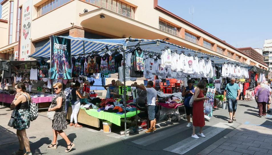 Algunes de les parades del Mercat de Marxants al voltant del Mercat Central de Reus.