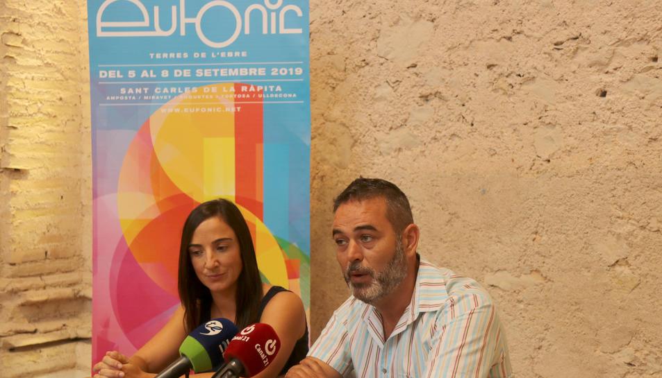 Pla mitjà curt de la regidora de Cultura de Sant Carles de la Ràpita, Èrika Ferraté, i el director d'Eufònic, Vicent Fibla, presentant la vuitena edició del festival.