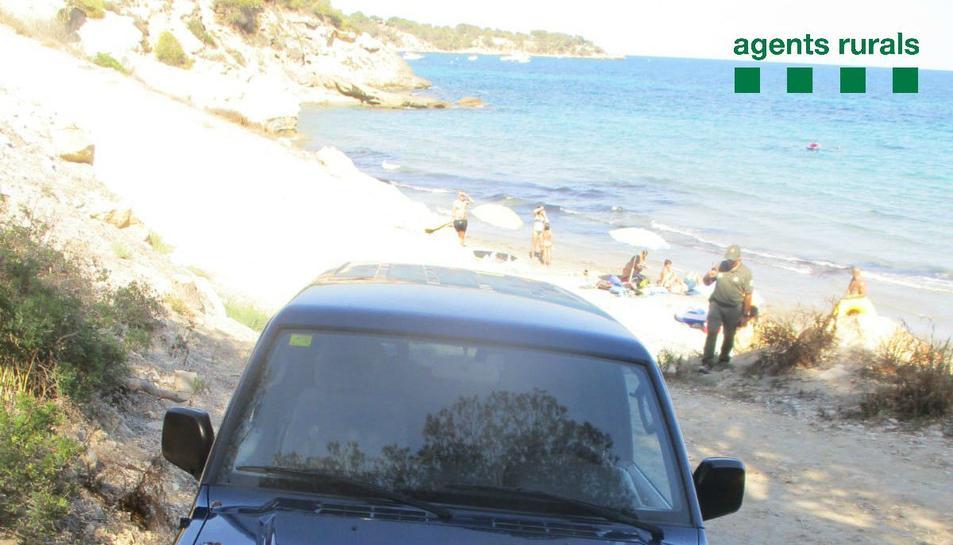 Imatge del tot terreny estacionat en una zona de platja no autoritzada al Perelló.