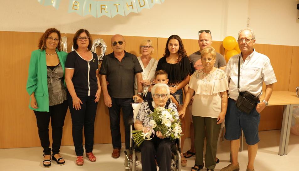 Fotografia de família de la celebració dels 100 anys de Ramona Nebot.
