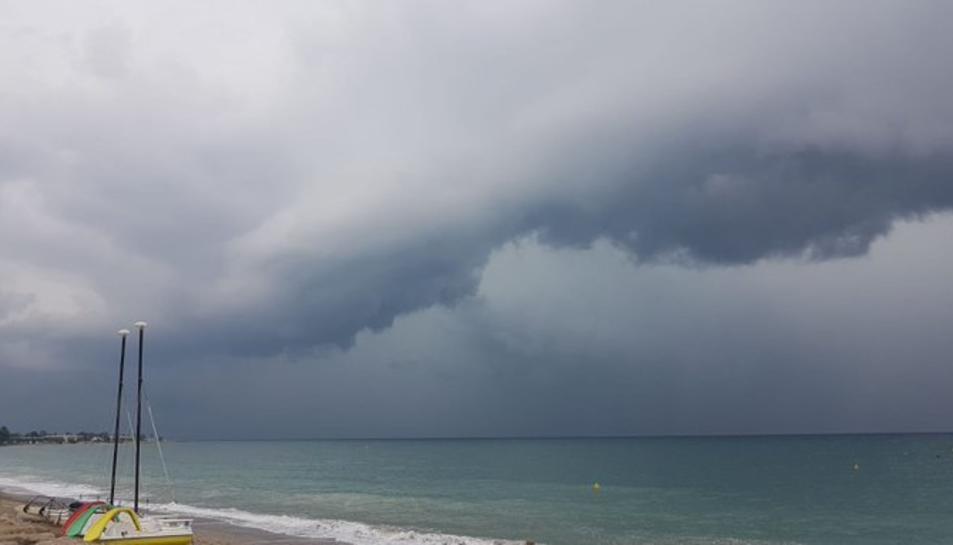 Imatge de la tempesta al seu pas per Miami Platja.