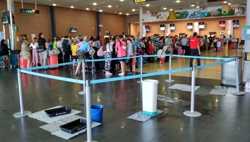 Les intenses pluges han fet que apareguessin goteres a l'Aeroport.