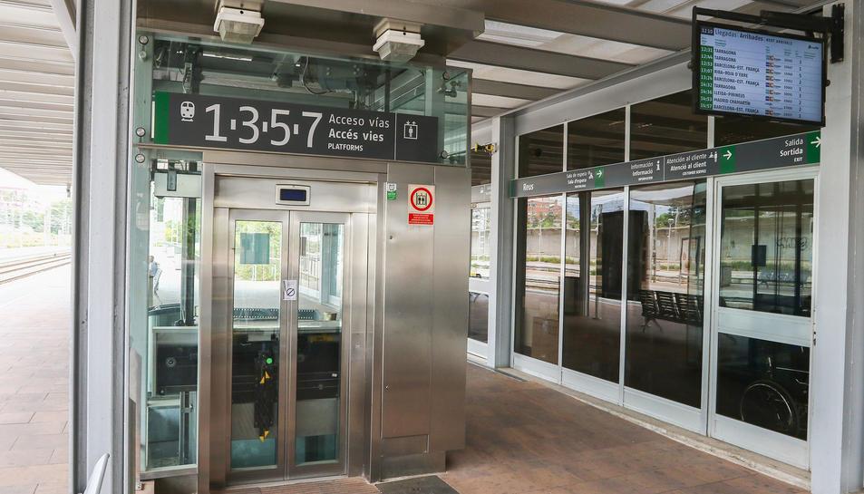 Els usuaris estan obligats a utilitzar les escales per poder agafar el tren en una d'aquestes vies.