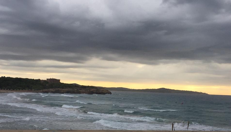 Imatge de núvols negres cobrint una platja tarragonina.