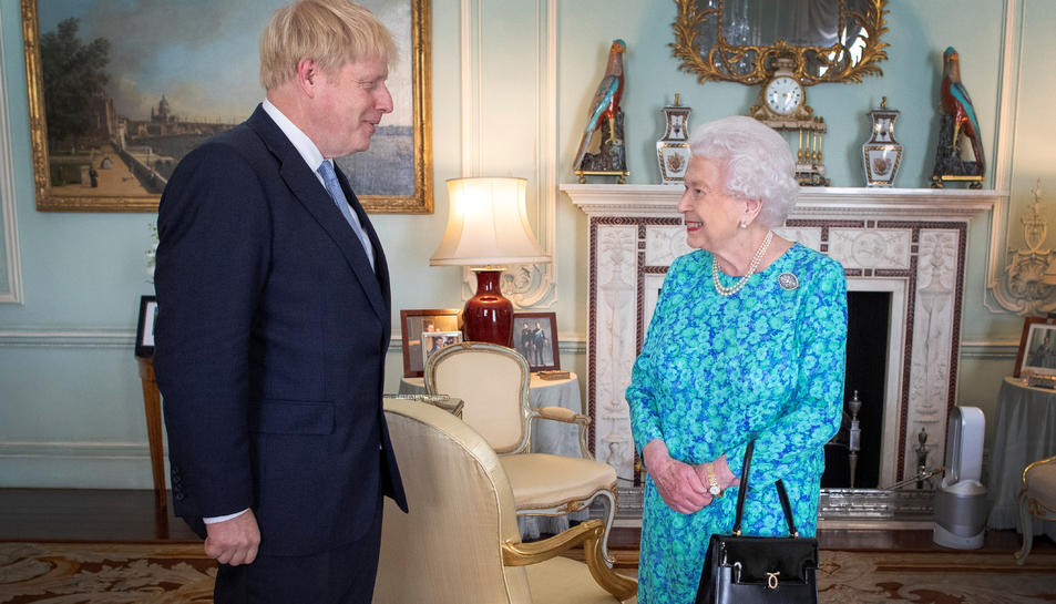 La Reina d'Anglaterra Elisabeth II amb el nou primer ministre del Regne Unit Boris Johnson, a Londres el 24 de juliol del 2019.