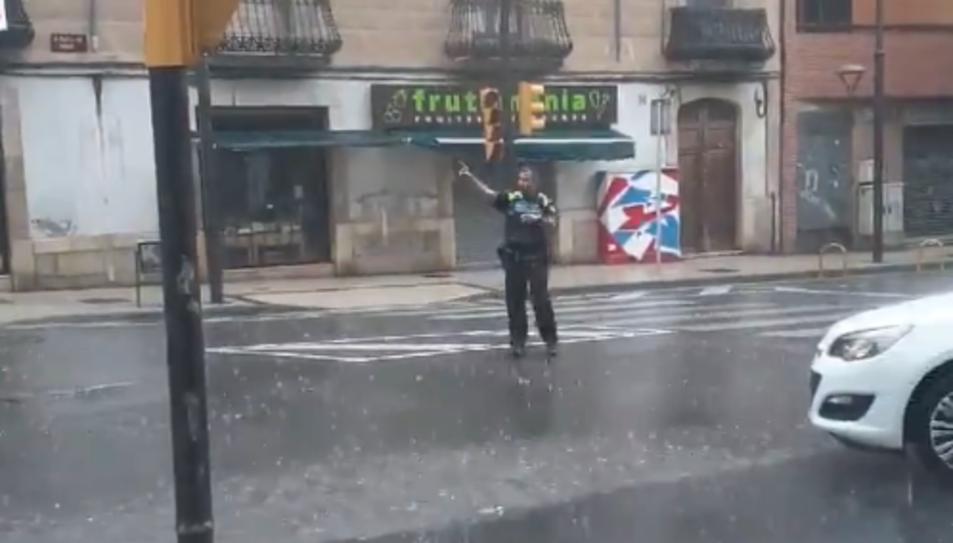 Imatge de l'agent regulant el trànsit en ple xàfec.