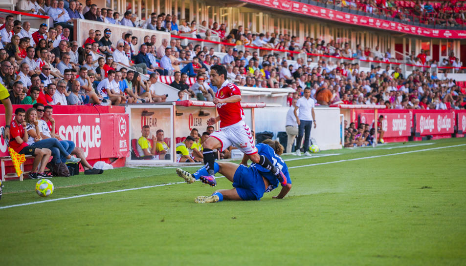 Jonathan Pereira sorteja a un rival en el Nàstic-Llagostera