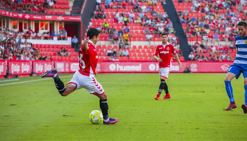 Jonathan Pereira es disposa a centrar durant un moment del Nàstic-Llagostera