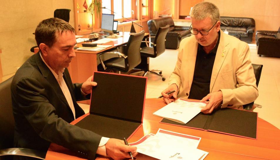 L'alcalde de Tarragona, Pau Ricomà, i el director del Complex Industrial de Repsol a Tarragona, Josep Francesc Font, en la signatura del nou conveni.