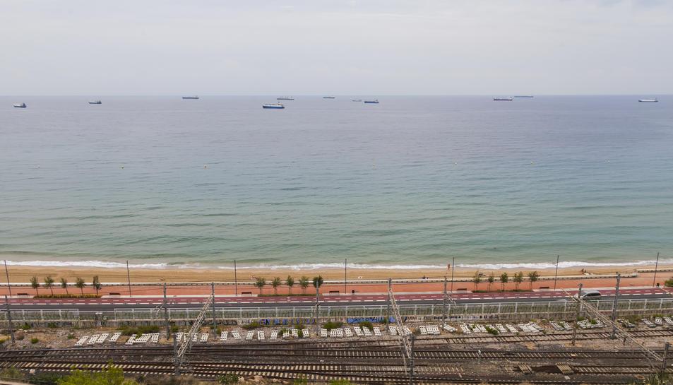 Diversos vaixells fondejats a la zona delimitada per Capitania Marítima, vistos des de terra.