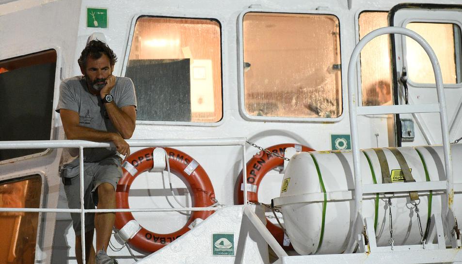 El fundador d'Open Arms, Oscar Camps, en el vaixell a Lampedusa en què van desembarcar els darrers 83 migrants a bord per ordre de la fiscalia italiana, el 20 d'agost del 2019