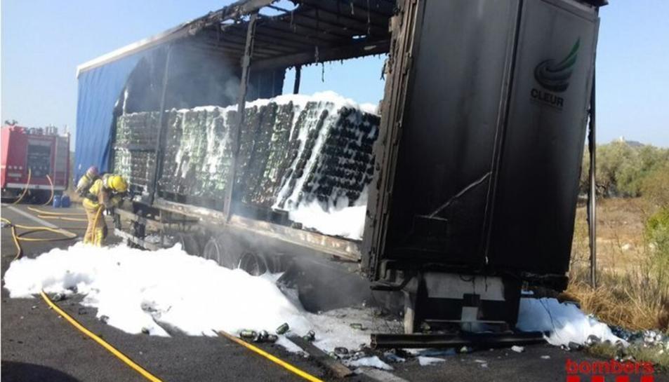 Imatge del camió incendiat a Ulldecona.