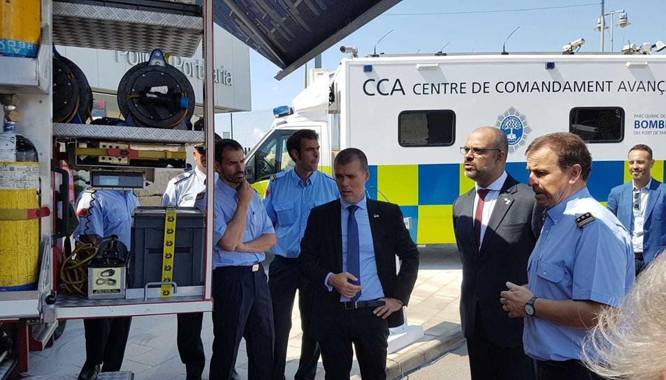 El conseller d'Interior, Miquel Buch, amb el president del Port, Josep M. Cruset, durant la visita d'aquest divendres.